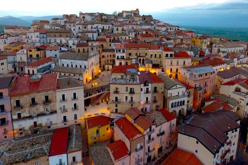 کاندلا؛ شهری ایتالیایی که برای نقل مکان به آن به شما پول می دهند