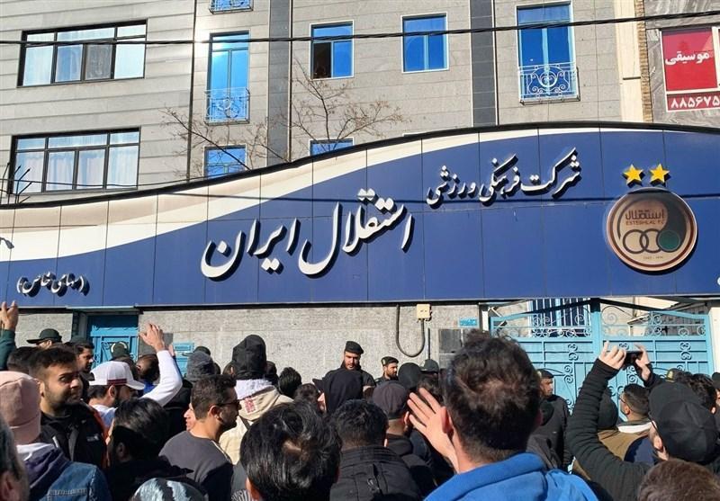 ادامه اعتراض طرفداران استقلال مقابل ساختمان باشگاه