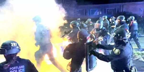 فروشگاه های پورتلند آمریکا به آتش کشیده شد، تهدید پلیس به خشونت