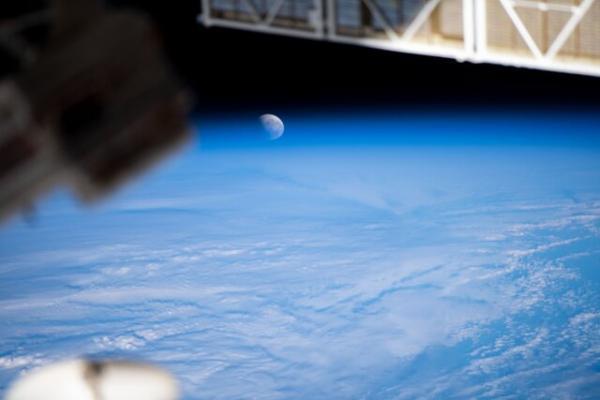 ماه گرفتگی و ابَر ماه از منظر ایستگاه فضایی بین المللی